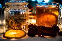 Aún vida acogedora del té, de la luz de la Navidad y de los pasteles Fotografía de archivo