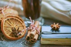 Aún-vida acogedora y ventana del invierno Fondo de Navidad Imagen de archivo