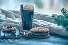 Aún-vida acogedora y ventana del invierno Fondo de Navidad Imágenes de archivo libres de regalías