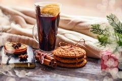 Aún-vida acogedora y ventana del invierno Fondo de Navidad Imagen de archivo libre de regalías