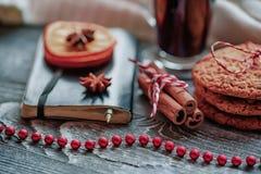 Aún-vida acogedora y ventana del invierno Fondo de Navidad Imagenes de archivo