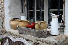Aún vida al aire libre, potes y jarro Imagen de archivo libre de regalías