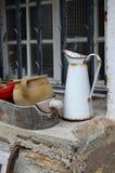 Aún vida al aire libre, potes y jarro Imagenes de archivo