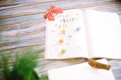 Aún-vida al día de la tarjeta del día de San Valentín santa en un fondo de madera Foto de archivo libre de regalías