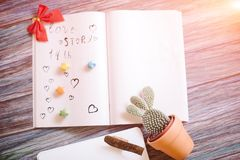 Aún-vida al día de la tarjeta del día de San Valentín santa en un fondo de madera Imagen de archivo libre de regalías