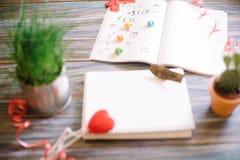 Aún-vida al día de la tarjeta del día de San Valentín santa en un fondo de madera Fotos de archivo libres de regalías