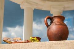Aún-vida antigua clásica con el manojo de uvas Fotos de archivo