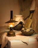 Aún vida antigua Patatas con la lámpara de keroseno Imagen de archivo