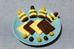 Aún-vida apetitosa con queso y canapes Imagenes de archivo