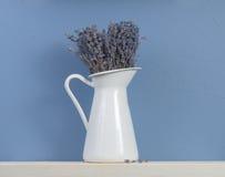 Aún-vida azul y blanca con lavanda Imagen de archivo