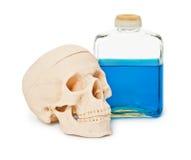 Aún-vida - botella con el líquido y el cráneo Foto de archivo