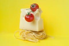 Pastas italianas con queso y tomates Imagenes de archivo