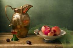 Aún vida clásica con la jarra de la vendimia Foto de archivo libre de regalías