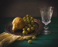 Aún vida clásica con las peras, la uva y el vidrio con agua Fotografía de archivo libre de regalías