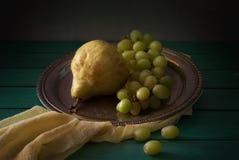 Aún vida clásica con las peras y la uva Foto de archivo