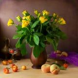 Aún vida clásica con las rosas amarillas y las frutas Imagen de archivo