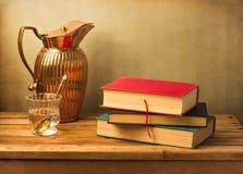 Aún vida clásica con los libros y el jarro de la vendimia Imágenes de archivo libres de regalías