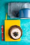 Aún vida colorida con la torta en la opinión superior del fondo ciánico Imagen de archivo libre de regalías