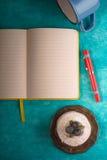 Aún vida colorida con la torta en la vertical ciánica del fondo Fotografía de archivo libre de regalías