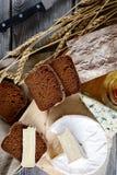 Aún-vida con camembert, las rebanadas del pan, el Roquefort y el cuchillo Fotografía de archivo libre de regalías