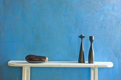 Aún-vida con dos palmatorias y berenjenas de madera Imagenes de archivo