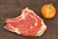 Aún-vida con el filete de carne de vaca crudo en la madera rústica de Brown Foto de archivo
