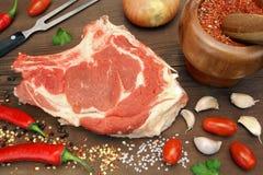 Aún-vida con el filete de carne de vaca crudo en la madera rústica de Brown Foto de archivo libre de regalías