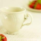 Aún-vida con el juego de té y la fresa Foto de archivo