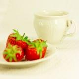 Aún-vida con el juego de té y la fresa Fotografía de archivo libre de regalías