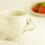 Aún-vida con el juego de té y la fresa Imagen de archivo