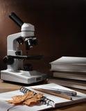 Aún-vida con el microscopio y los libros Imagenes de archivo
