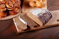 Aún-vida con el pan y los rollos del corte Foto de archivo libre de regalías