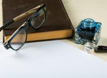 Aún-vida con el pote viejo de la tinta Fotografía de archivo libre de regalías