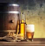 Aún-vida con el vidrio de la cerveza y del barril Foto de archivo libre de regalías