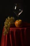 Aún-vida con el vidrio de la fruta y de vino Imagen de archivo