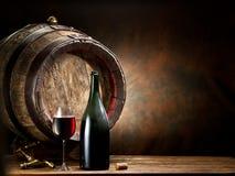 Aún-vida con el vidrio del vino, de la botella y del barril Imagen de archivo libre de regalías