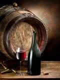 Aún-vida con el vidrio del vino, de la botella y del barril Foto de archivo