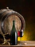 Aún-vida con el vidrio del vino, de la botella y del barril Imagenes de archivo