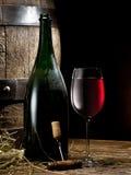 Aún-vida con el vidrio del vino, de la botella y del barril Fotografía de archivo