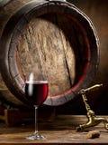Aún-vida con el vidrio del vino, de la botella y del barril Fotografía de archivo libre de regalías