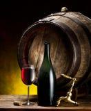 Aún-vida con el vidrio del vino, de la botella y del barril Fotos de archivo