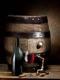 Aún-vida con el vidrio del vino, de la botella y del barril Foto de archivo libre de regalías