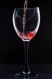 Aún-vida con el vidrio roto vino en negro Imagen de archivo