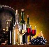 Aún-vida con el vino, los quesos y las frutas Foto de archivo