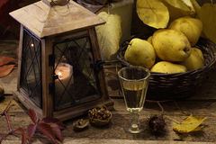 Aún-vida con el vino, peras, una linterna vieja y las hojas de otoño Fotografía de archivo