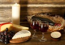 Aún-vida con el vino rojo, las uvas y el queso Foto de archivo libre de regalías