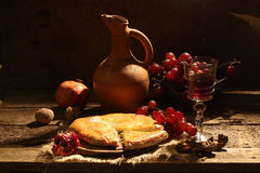 Aún-vida con el vino rojo, una empanada con queso y la fruta Imágenes de archivo libres de regalías