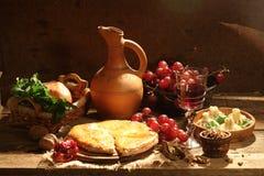 Aún-vida con el vino rojo, una empanada con queso y la fruta Imagen de archivo libre de regalías