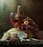 Aún-vida con el vino rojo y queso y fruta Imagen de archivo libre de regalías