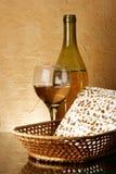 Aún-vida con el vino y el matzoh Imágenes de archivo libres de regalías